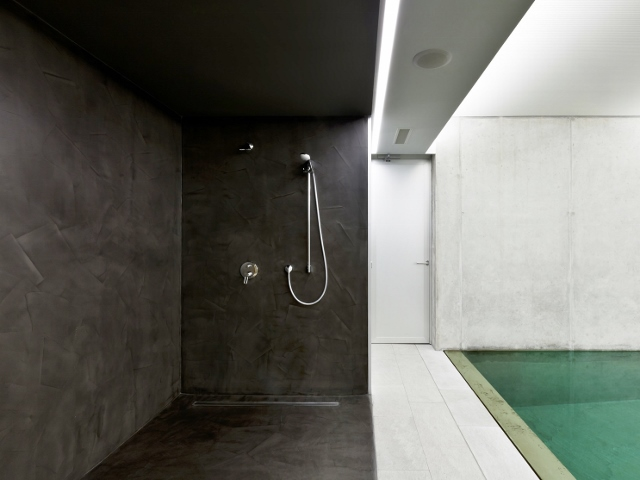 B ton cir noir aronia betoncire b ton cir et d coration for Salle de bain d exception