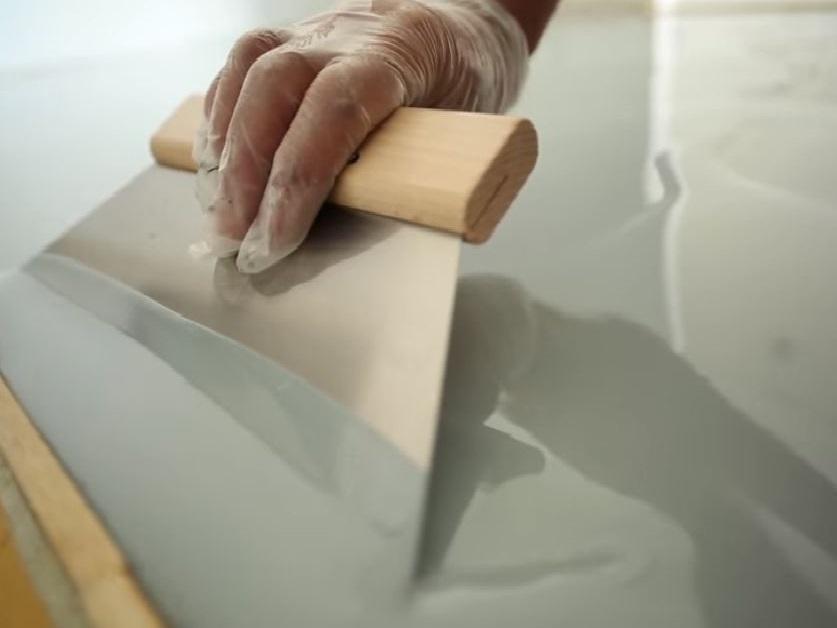 vid o d 39 application d 39 un auto lissant epoxy sur un sol de magasin marseille betoncire b ton. Black Bedroom Furniture Sets. Home Design Ideas