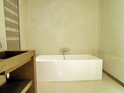 Application du béton ciré sur les murs d\'une salle de bain et les ...