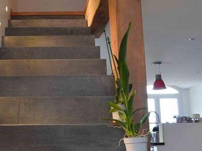 B ton cir et bois m lange de mat riau arcane industries - Beton cire sur escalier bois ...